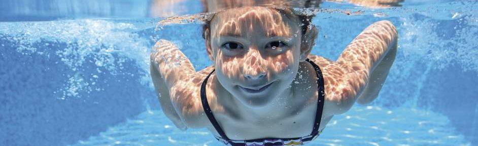 Tome precauciones para evitar la otitis del nadador