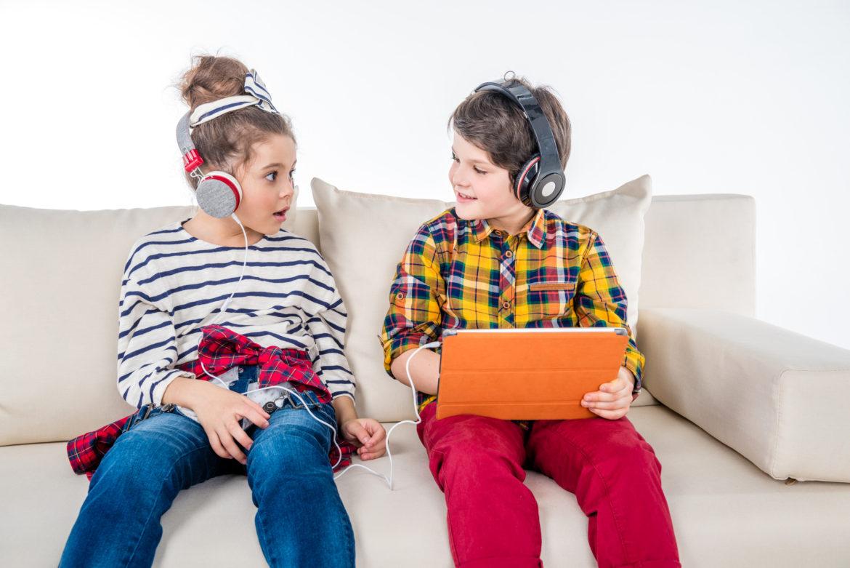 Niños tranquilos en el auto, familia feliz. ¡Vivan los audiolibros!