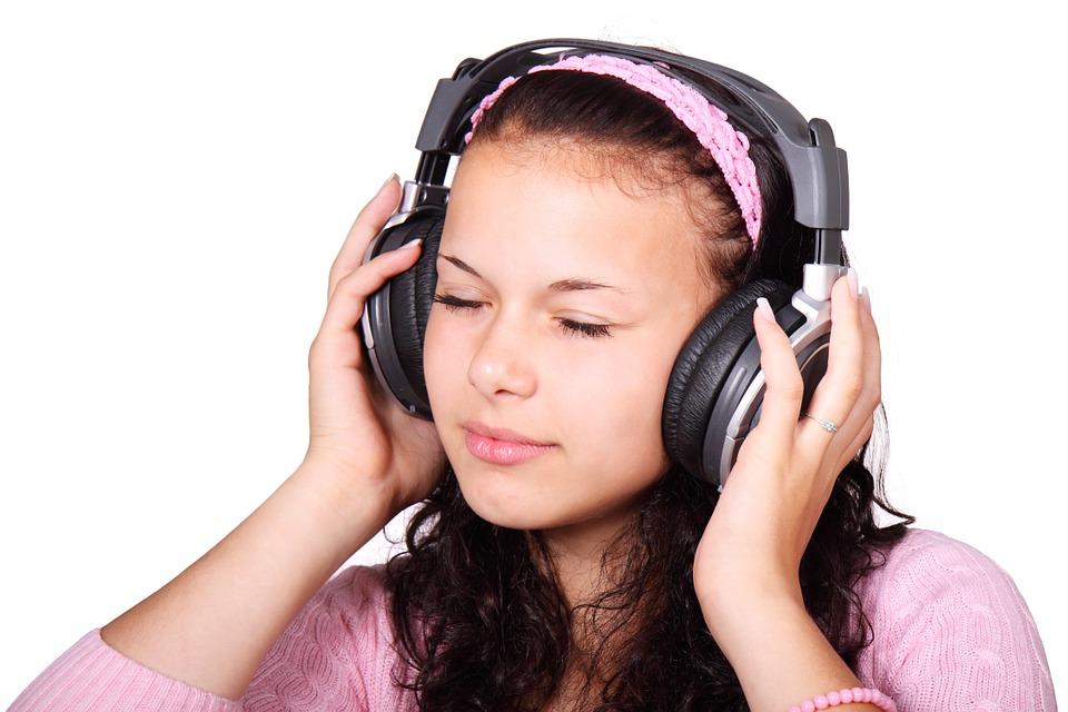 8 segundos de uso de audífonos pueden dañar severamente la audición