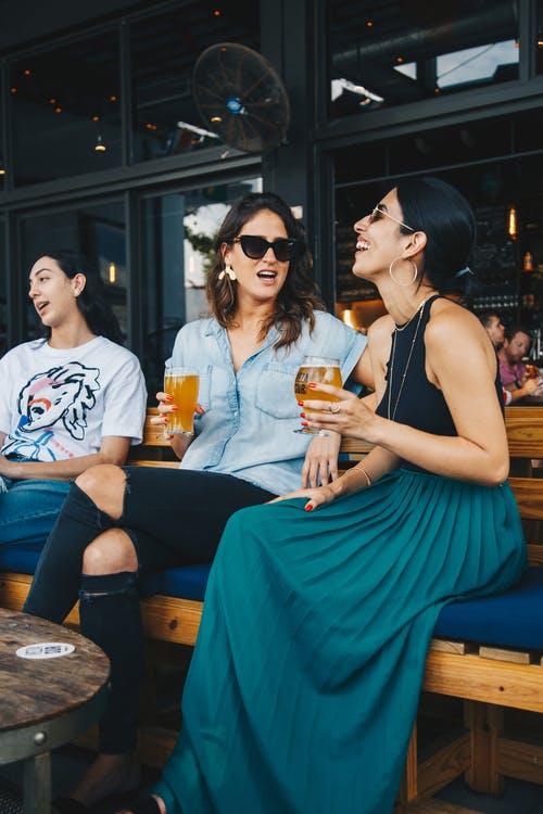 La cerveza es paritaria: Mujeres aumentan su preferencia por esta bebida